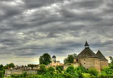 gröna medeltida trees för slott Royaltyfria Bilder