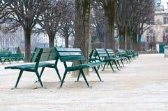 Gröna metallstolar i trädgården i vinter kryddar Fotografering för Bildbyråer
