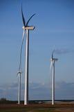 gröna moderna windmills för energi Royaltyfri Bild