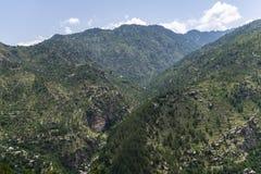 Gröna Mountain View med härlig blå himmel royaltyfri bild