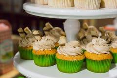 Gröna muffin med kräm- toppning arkivfoto