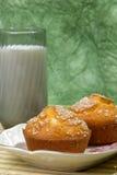 gröna muffiner för bakgrund Arkivfoton
