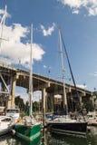 Gröna och blåa segelbåtar Royaltyfria Bilder