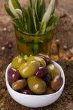 Gröna och bruna oliv Arkivfoton