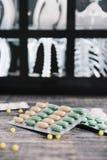 Gröna och gula preventivpillerar för medicin och kapslar arkivfoton