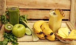 Gröna och gula smoothies för ny strikt vegetarian Arkivfoto