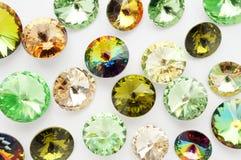 Gröna och guld- kristaller och metallbin och blommor och sländor på vit bakgrund Royaltyfria Foton