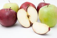 Gröna och röda äpplen Arkivfoto