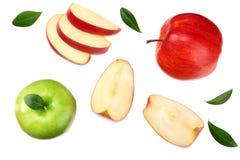 gröna och röda äpplen med skivor som isoleras på vit bakgrund Top beskådar royaltyfria foton