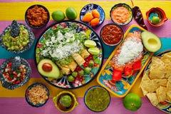 Gröna och röda enchiladas med mexikanska såser Arkivbild