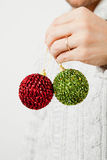 Gröna och röda julbaubles Royaltyfri Foto
