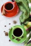 Gröna och röda koppar kaffe med kaffe Bence, anisstjärna Arkivfoto