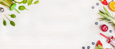 Gröna och röda Smoothieflaskor med nya ingredienser för blandning på vit träbakgrund, bästa sikt, fotografering för bildbyråer