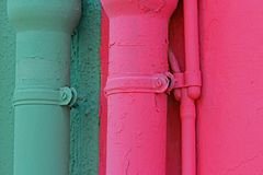 Gröna och rosa avloppsrännor av hem på ön av Burano i Italien Royaltyfri Bild