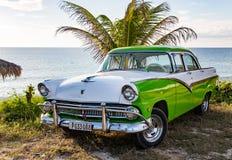 Gröna och vita Ford Fairlane som parkeras på stranden Royaltyfria Bilder