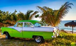 Gröna och vita Ford Fairlane som parkeras på stranden Royaltyfria Foton