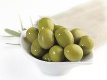 Gröna oliv i en bunke Arkivbild