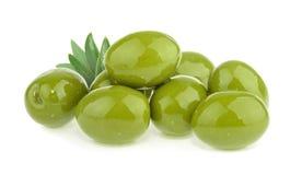 Gröna oliv som isoleras på vit bakgrund arkivfoton