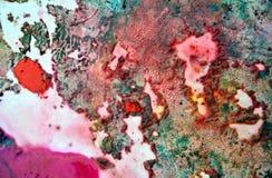 Gröna orange purpurfärgade mörka fläckar för rosa färger och att måla vattenfärgbakgrund som målar abstrakta färger arkivbilder