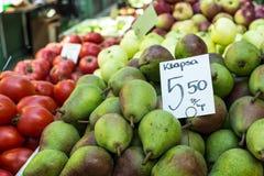 Gröna päron på bönder marknadsför i Polen royaltyfri foto