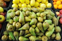 Gröna päron på en bondemarknad Royaltyfria Foton