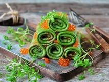 gröna pannkakor med spenat, kaviaren och källkrasse Royaltyfria Bilder