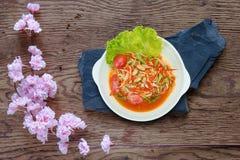 Gröna papayablandningmorötter sallad eller SomTum, kryddig thai mat Arkivbilder