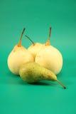gröna pears för bakgrund Arkivfoton
