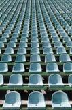 Gröna platser för åskådare i stadionen Arkivbilder