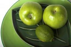 gröna plattor för frukter Arkivbilder