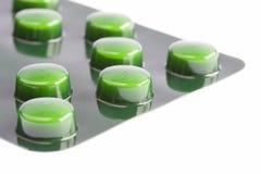 Gröna preventivpillerar i en blåsapacke fotografering för bildbyråer