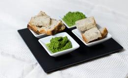 Gröna sås- och brödskivor Fotografering för Bildbyråer