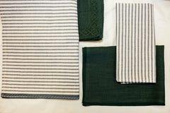 Gröna servetter och vit blå linne Textiltillverkning arkivbilder