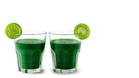 Gröna smoothies med nya grönsaker och frukter, sunt näringbegrepp som isoleras på vit bakgrund kopieringsutrymme, mall arkivbilder