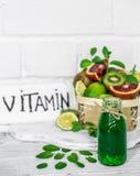 gröna smoothies och frukt Fotografering för Bildbyråer