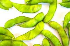 Gröna sojabönabönor och japansk mat för sojabönor - på vit bakgrund royaltyfri bild
