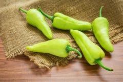 Gröna spanska peppar på säcken Royaltyfri Bild