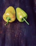 Gröna spanska peppar på trätabellen Royaltyfri Bild