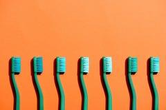 Gröna tandborstar i rad Royaltyfri Fotografi