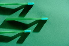 Gröna tandborstar, på gräsplan Fotografering för Bildbyråer