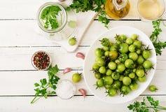 Gröna tomater i en vit bunke Förberedelse för att grava Arkivbild