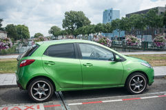 Gröna Toyota Yaris som parkeras i gatan Royaltyfri Fotografi