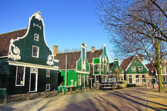 Gröna traditionella holländska byggnader i Nederländerna Royaltyfria Bilder