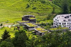 Gröna uppehällegräsmarktak som täckas med vegetation, flyg- sikt, lägenheter arkivfoton