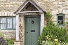 Gröna wood dörrar i engelskt traditionellt stenhus Arkivfoton