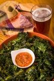 Grönkålchiper och öl Royaltyfri Fotografi