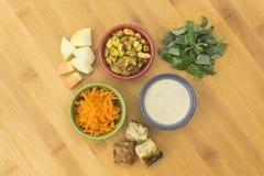 Grönkålsallad med pistasch- & Tempeh ingredienser Fotografering för Bildbyråer