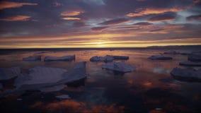 Grönlandicefjord med solnedgång/soluppgång för midnatt sol i horisonten Flyg- surrlängd i fot räknatvideo av is Ilulissat lager videofilmer