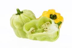 Grönsak av den lilla habaneroen för guling- och gräsplanchilipeppar på vit bakgrund Royaltyfria Bilder