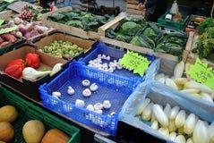 Grönsak i gammal marknad Arkivfoto